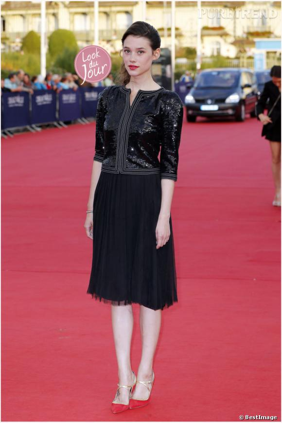 Astrid Bergès foule le tapis rouge de Deauville dans un élégant ensemble noir