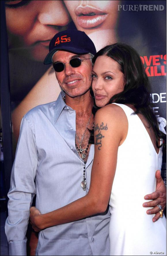 Angelina Jolie aime les tatouages. Au début des années 2000 lorsqu'elle épouse Billy Bob Thornton, elle l'a dans la peau. Deux ans plus tard c'est le divorce, du coup elle transforme son tatouage avec les coordonnées géographiques des lieux de naissances de ses enfants.