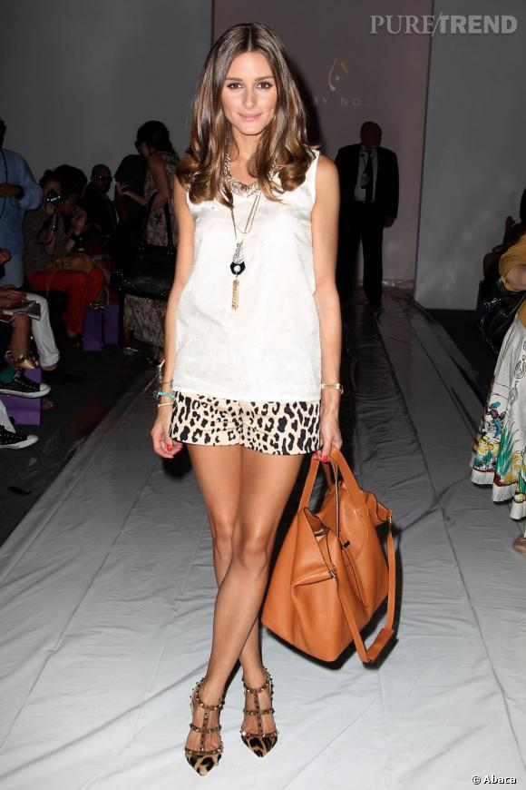 Olivia Palermo nous séduit avec un minimalisme chic en short Tibi et blouse Noon by Noor.