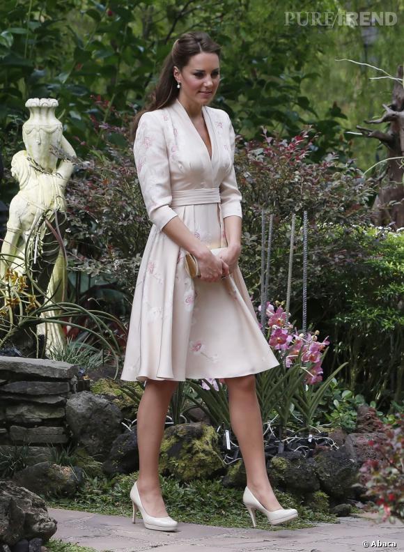 Kate Middleton s'offre un veritable défilé de mode en Asie. Ici elle opte pour Jenny Packham.