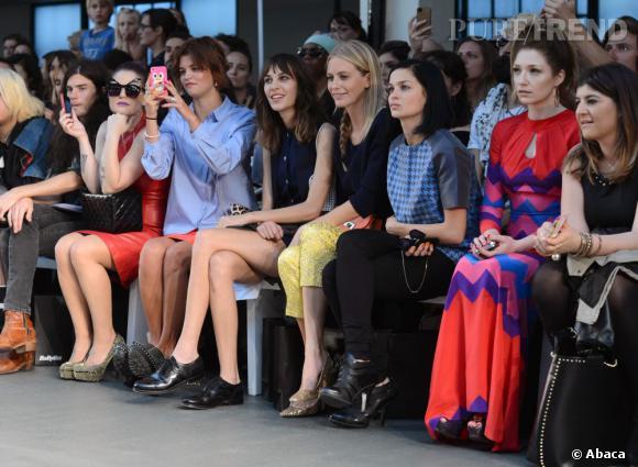 Incontournables aux premiers rangs Pixie Geldof, Alexa Chung et Poppy Delevingne sont rejointes par leurs copines américaines Kelly Osbourne et Leigh Lezark au défilé House of Holland.
