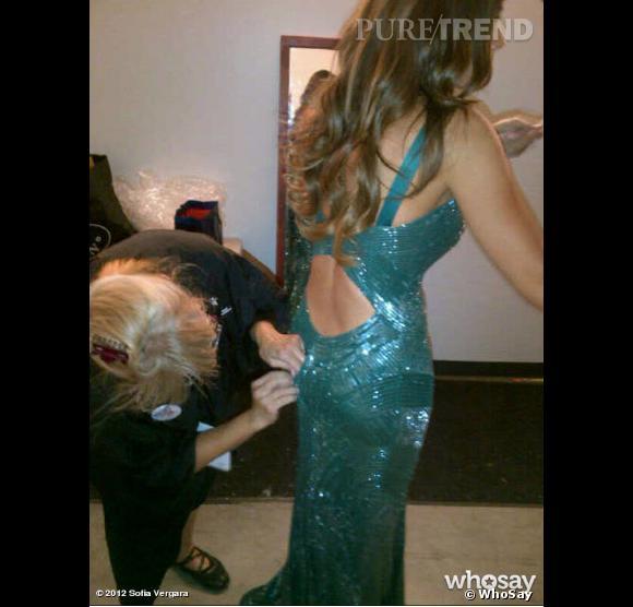 """Heureusement, une couturière vient à son secours, juste à temps pour que la star reçoive un prix pour l'équipe de """"Modern Family"""" !"""