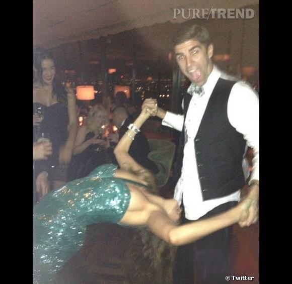 Deuxième incident : une danse un peu trop acrobatique avec Justin Mikita, le copain de Jesse Tyler Ferguson. Un téton dépasse !