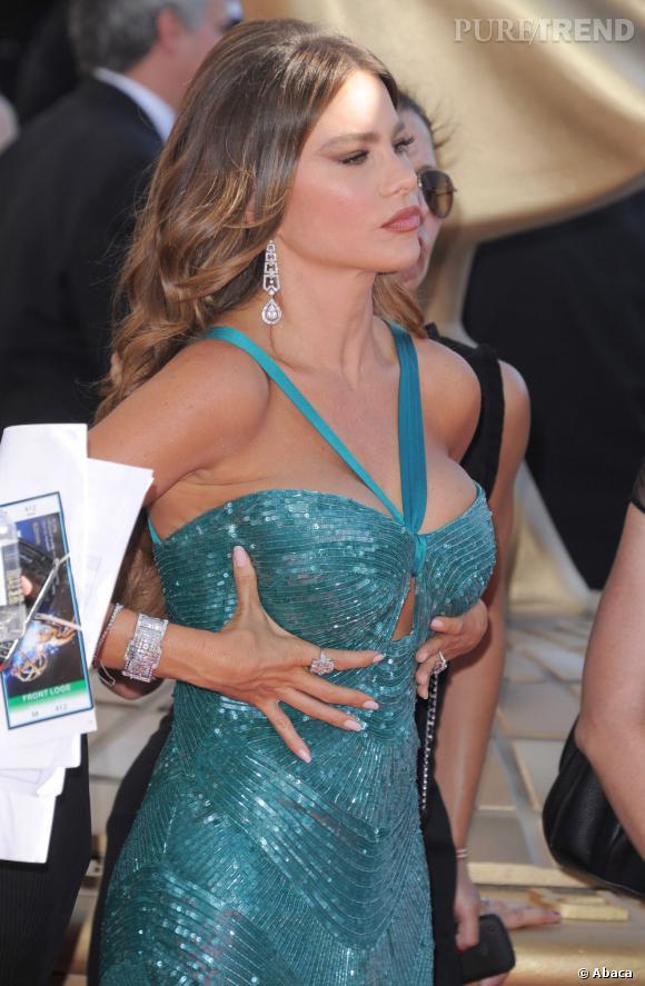 Sofia Vergara a tout osé pour les Emmy Awards 2012 ! Sa robe bleu turquoise très moulante mettait ses formes en valeur.