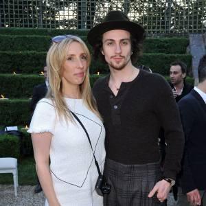 Avec sa femme, il joue les modeux en front row des défilés comme ici chez Chanel où il opte pour un style très personnel.