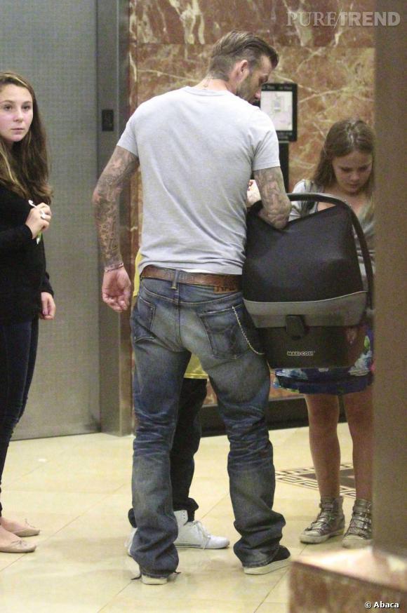 """David Beckham joue aussi les """"daddy cool"""" dans un style plus casual et tatouages apparents."""