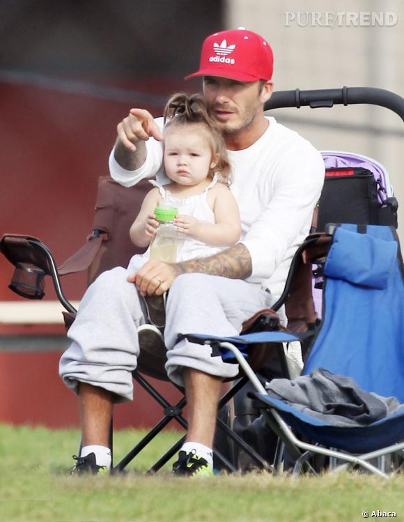 David Beckham regarde ses fils jouer au football en compagnie de sa petite fille.
