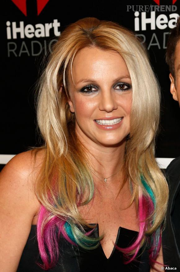 Quand les stars osent les cheveux fluo Britney Spears s'est laissée tenter par les pointes de cheveux fluo. Le coloration perroquet a encore frappé.
