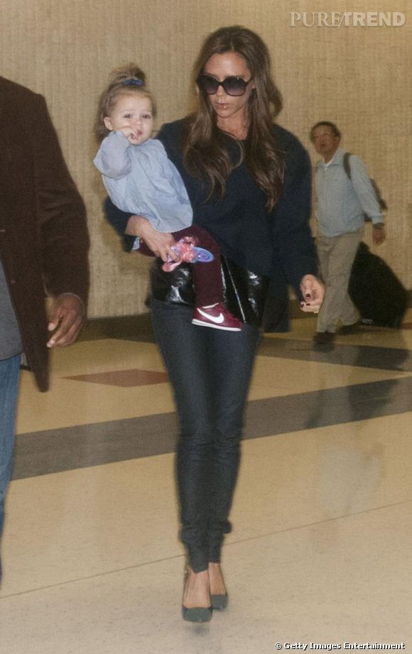 Avec ses baskets et son noeud dans le cheveux, Harper a enfin l'air d'une petite fille de son âge.