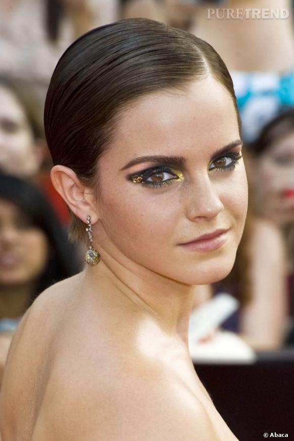 C'est un maquillage un peu plus dramatique  pour Emma Watson : du fard noir réchauffé par des bouts de feuilles d'or et de cuivre.
