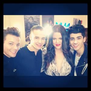 """Khloé Kardashian adore son nouveau rôle de présentatrice pour """"X Factor"""" ! Ça lui permet de rencontrer les One Direction, ici Louis Tomlinson, Liam Payne et Zayn Malik."""