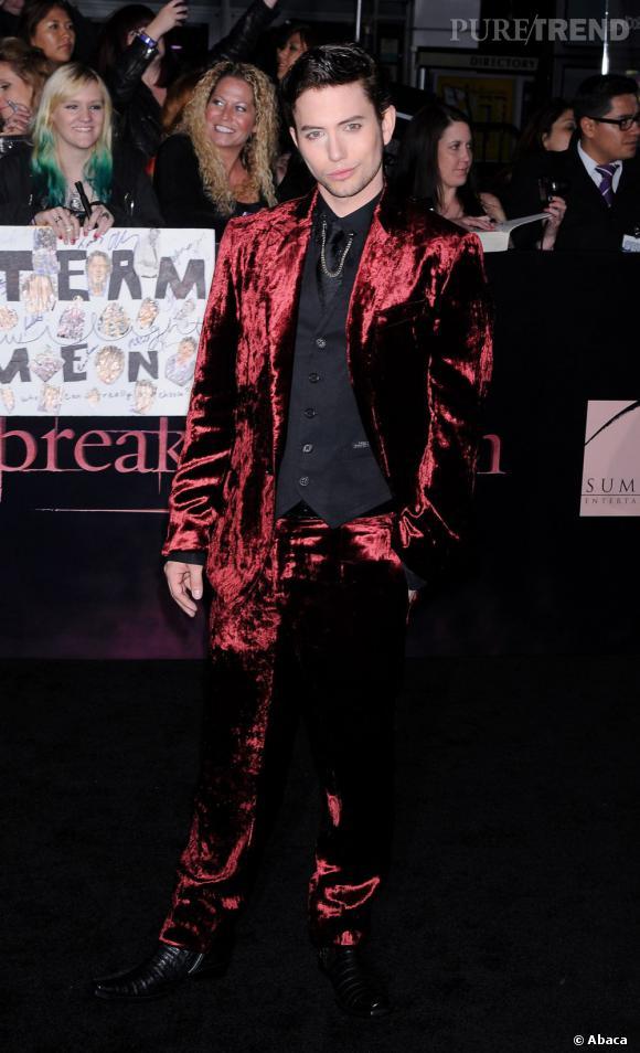 Le flop red carpet de Jackson Rathbone  : A ses débuts, Jackson prend très au sérieux son rôle de vampire mais l'allure gothique étrange c'est un flop assuré sur tapis rouge.