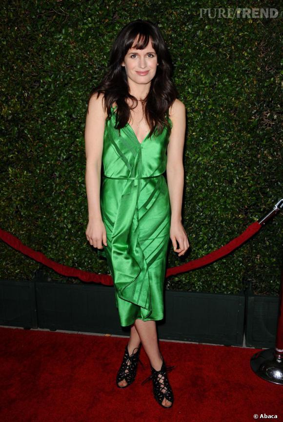 Le flop red carpet d'Elizabeth Reaser  : Le beauty look en berne et la robe vert satiné, un mélange idéal pour un flop.