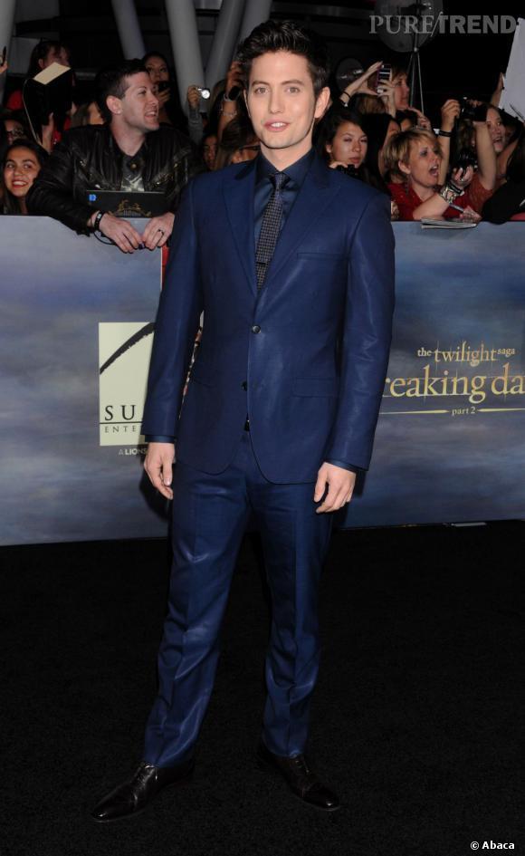 Le top red carpet de Jackson Rathbone  : si il reste fidèle à son look un peu décalé, il le fait avec nettement plus de goût.