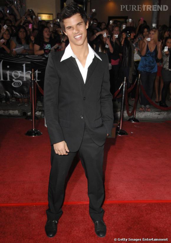 Le flop red carpet de Taylor Lautner  : pour le smoking, il a compris les bases mais le col pelle à tarte et les cheveux en pics, c'est non.