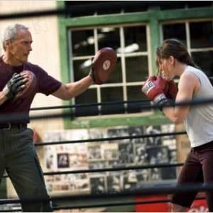 Friand des relations père-fille, Clint Eastwood se met de nouveau en scène comme substitut d'une figure paternelle.