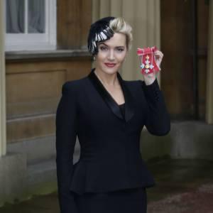 Kate Winslet honorée par la Reine Elizabeth II de l'insigne de Commandant de l'Ordre de l'Empire Britannique.