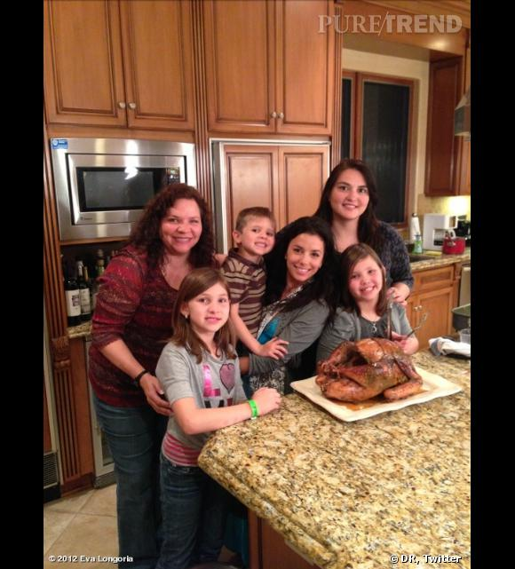 Eva Longoria entourée de sa famille pour Thanksgiving.