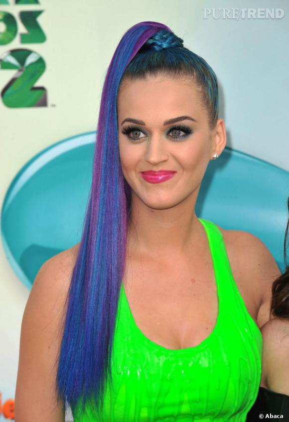 Katy Perry renoue avec les années 90, le fluo et les extensions, tout ça en même temps.