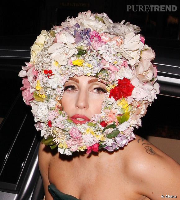 Lady Gaga et la coiffure, tout un concept on vous l'a dit. La voilà qui se transforme en couronne de fleurs.
