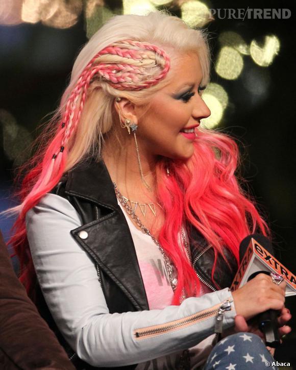Les longueurs rose-rouge fluo n'était pas assez, Christina Aguilera y a ajouté des tresses. C'est... bizarre.