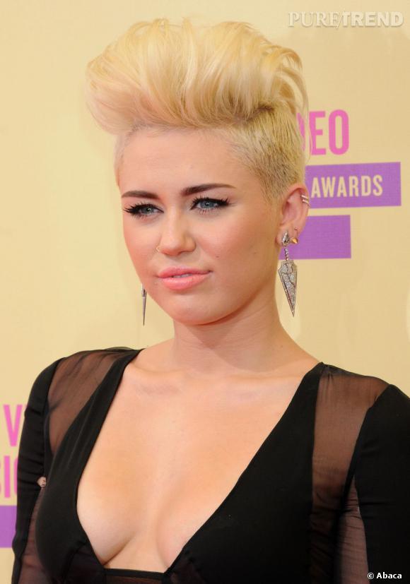 Miley Cyrus a voulu copier Pink. Coque crêpée sur le dessus et cheveux rasés sur les côtés, on a vu plus glamour.