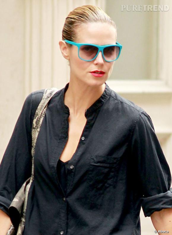 Heidi Klum excelle dans la catégorie duo pop en mixant le turquoise et le framboise. Pour dédramatiser le tout, place à un top sobre.