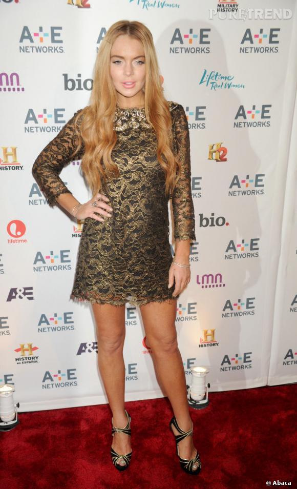 Le pire red carpet 2012 : Lindsay Lohan, orange, ose adopter une robe dorée. Pire, de longues extensions peaufinent sa tenue ainsi qu'un beauty look vulgaire... on dit non !