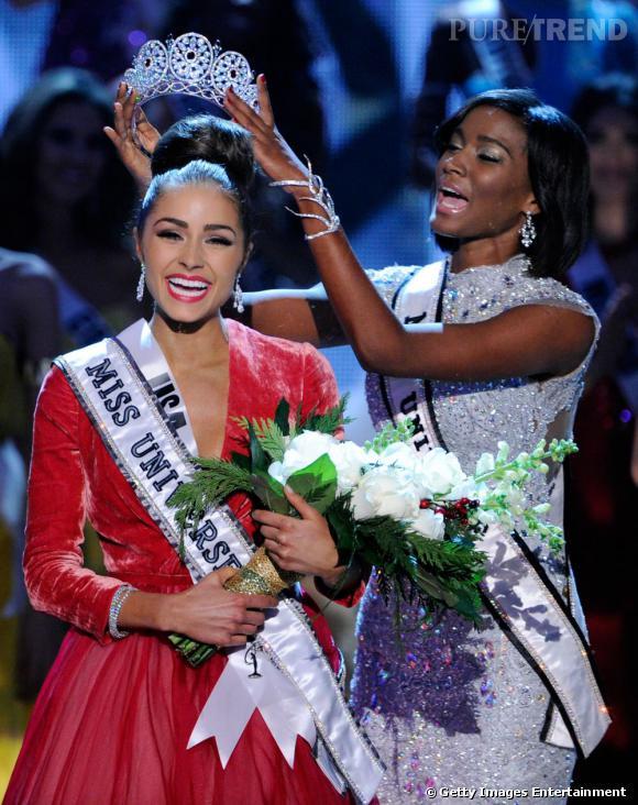 Olivia Culpo reçoit la couronne de Miss Univers des mains de la Miss Univers 2011.