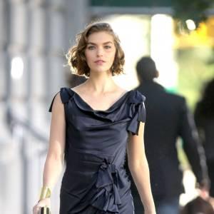 Arizona Muse, la délicatesse incarnée grâce à une robe navy à volants sur le shooting d'une campagne de pub à New York.