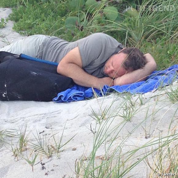 Voilà un bel arroseur arrosé ! Kim Kardashian a pris en photo un paparazzi qui s'est endormi sur la plage...