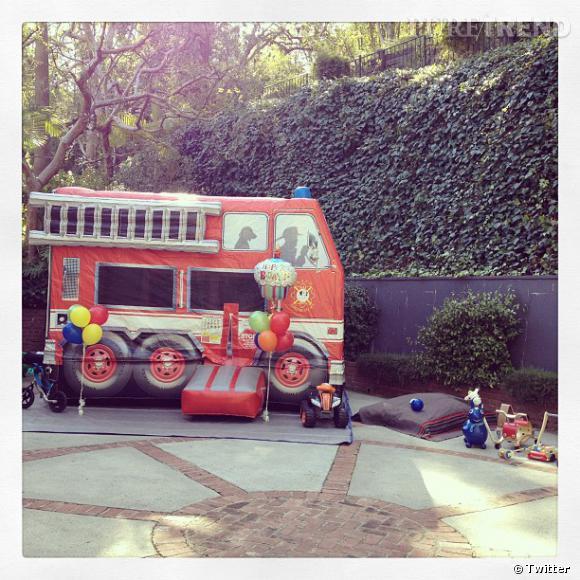 Miranda Kerr fête dignement l'anniversaire de son fils Flynn : château gonflable en forme de camion de pompier !