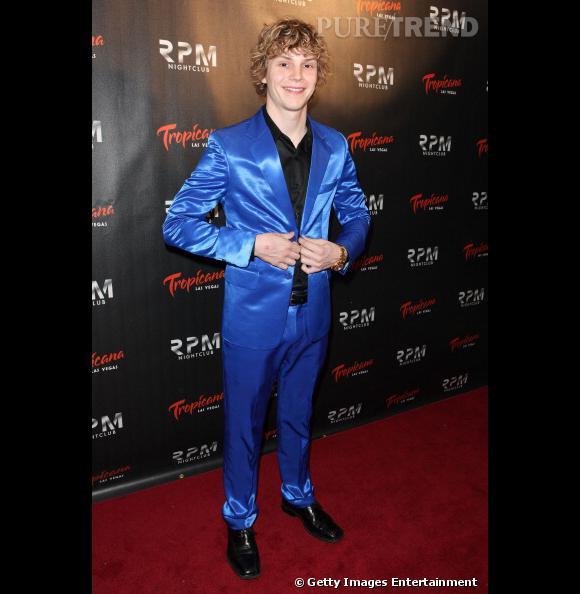 L'acteur fêtait ses 25 ans à Las Vegas l'année dernière et dégaine le costume bleu électrique en satin. Adorable.