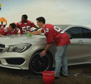 La publicité laisse croire que Kate Upton va nettoyer la voiture de manière sexy et langoureuse mais... c'est une équipe de foot qui s'en occupe !