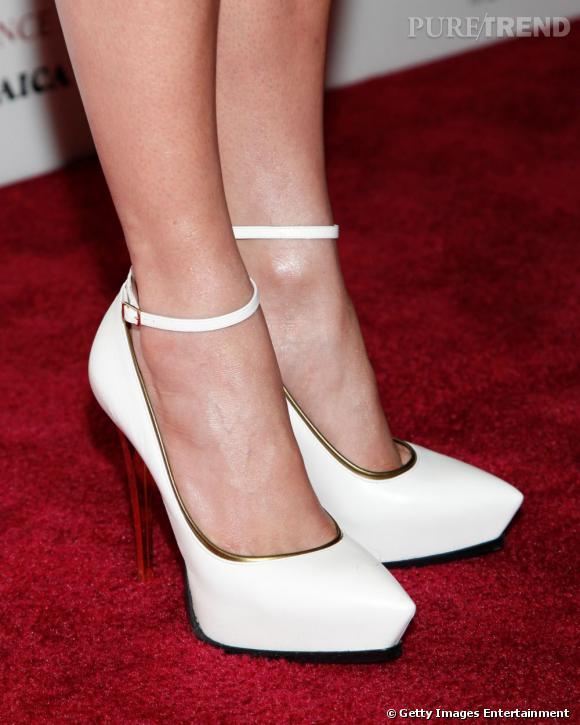 """Jennifer Lopez lors d'une projection de """"Parker"""" à New York porte des escarpins blancs Lanvin Printemps-Été 2013."""