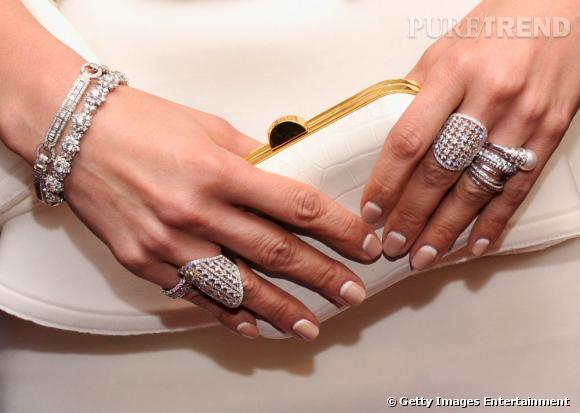 """Jennifer Lopez lors d'une projection de """"Parker"""" à New York arbore une flopée de bijoux ainsi qu'une minaudière Tom Ford."""