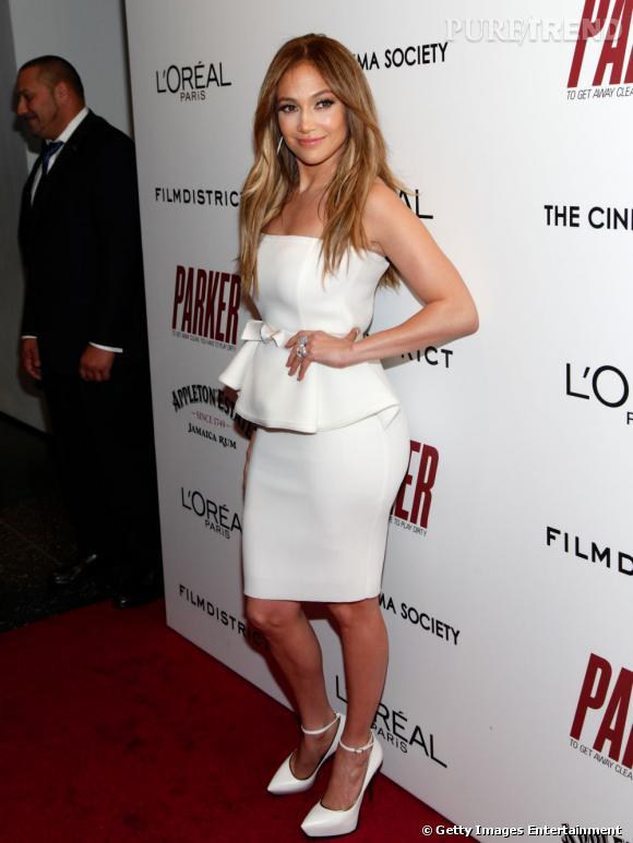 """Jennifer Lopez lors d'une projection de """"Parker"""" à New York joliment moulée dans une robe Lanvin."""