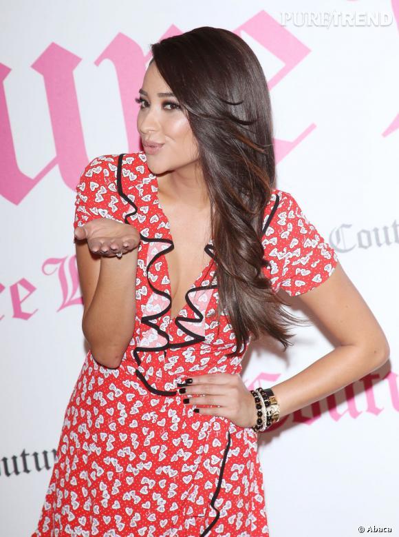 """Shay Mitchell prend la pose lors du lancement du nouveau parfum Juicy Couture """"Couture La La""""."""