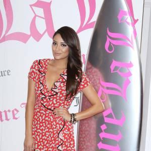 Vêtue d'une petite robe à volants, Shay Mitchell joue les hôtesses glamour.
