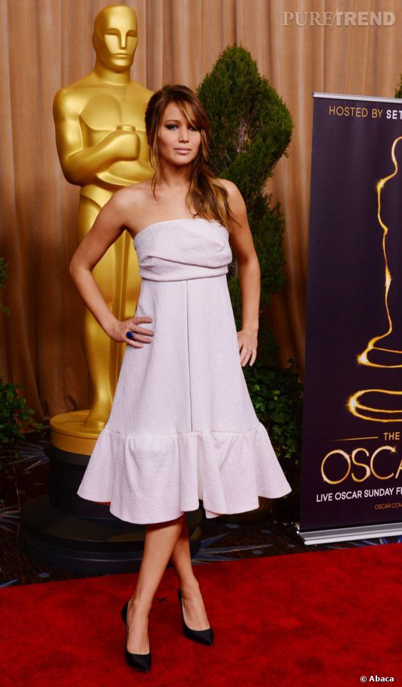 Jennifer Lawrence au dîner pré-Oscars 2013 porte une robe Chloé Printemps-Été 2013.