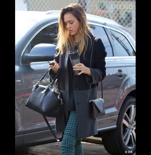 Jessica Alba à Santa Monica la semaine dernière avec un manteau bicolore et le sac Plum bag en cuir perforé Riviera noir, le tout signé Gérard Darel.