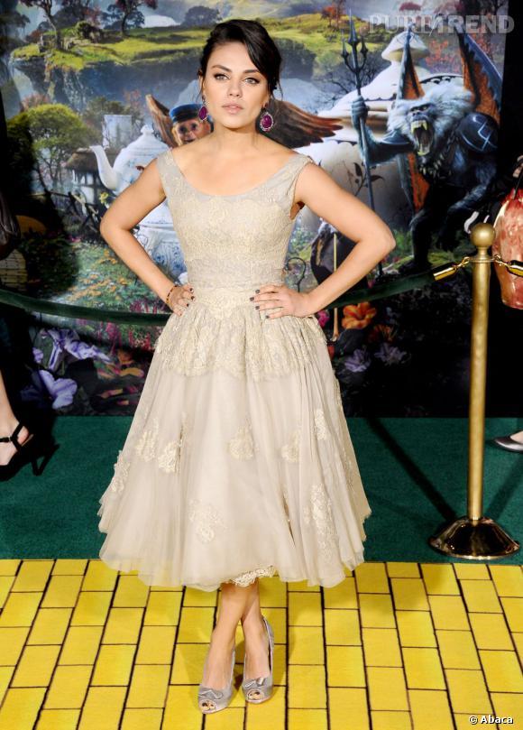 """Mila Kunis à l'avant-première du """"Monde Fantastique d'Oz"""" à Los Angeles porte une robe Dolce & Gabbana."""