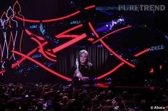 Adele recoit le prix du single de l'année pour Skyfall lors de la cérémonie des Brit Awards 2013 à Londres.