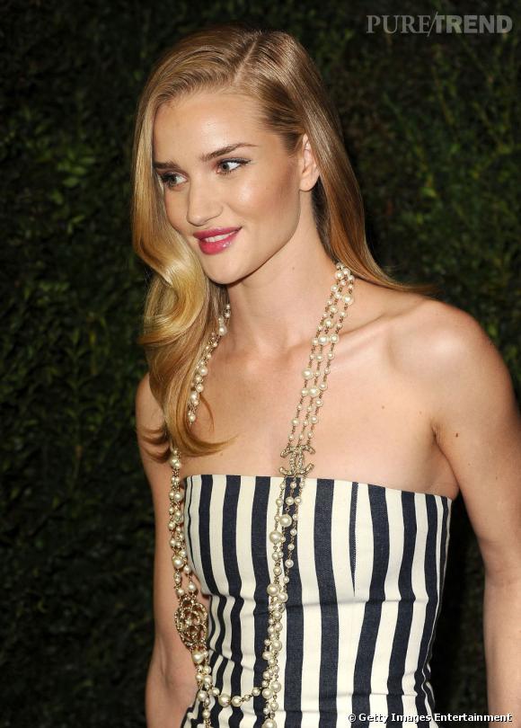 Rosie Huntington-Whiteley à la soirée pré-Oscars organisée par Chanel à Los Angeles le samedi 23 février. Elle habille son décolleté avec un sautoir XL.