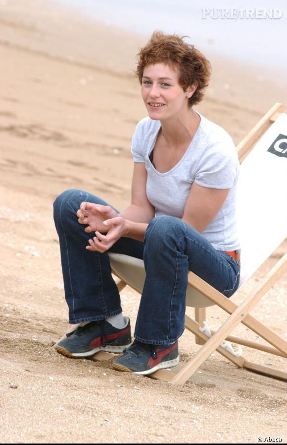 En 2002, Cécile de France cultive son look de garçon manqué, en jean et baskets au Festival de Cabourg.