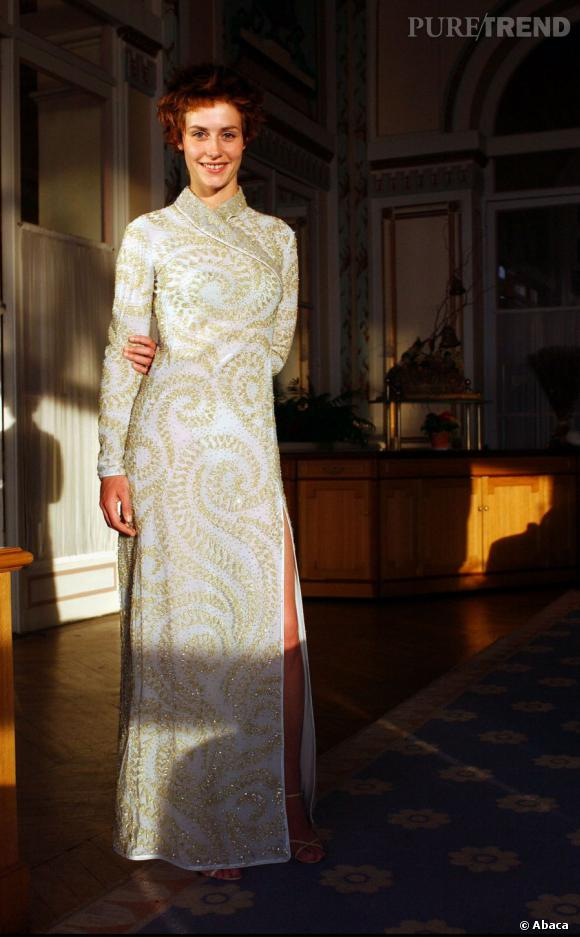 Même en robe longue et chic, Cécile de France cherche encore ses marques.