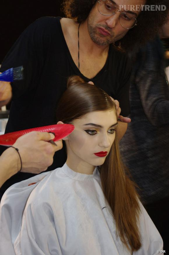 La coiffure requiert une grande quantité de gel et de patience.