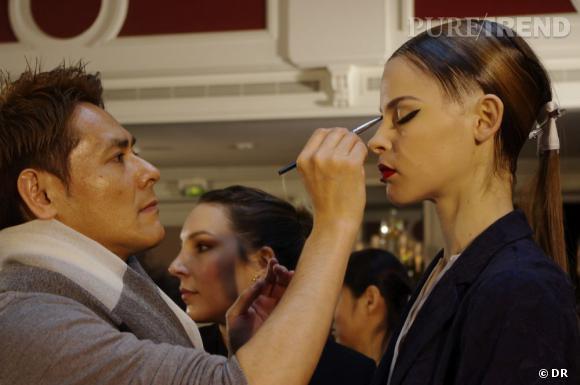 Uchiide vérifie chaque maquillage et peaufine les détails si besoin.