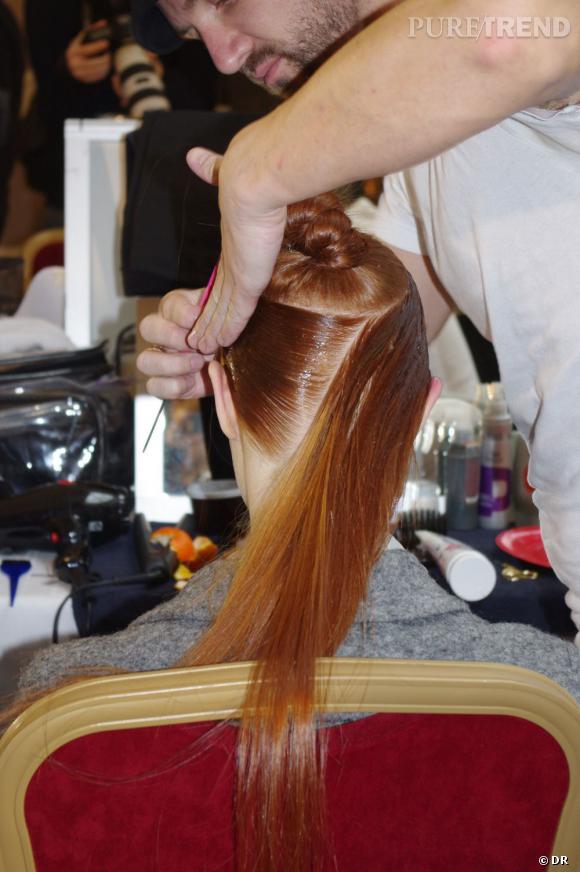 La conception de la coiffure est fastidieuse. Chaque mèche est plaquée pour encadrer l'ensemble du crâne.