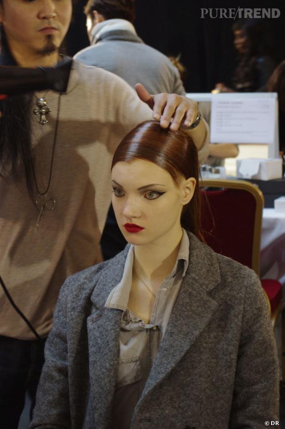 Le rendu ultra-brillant de la coiffure contrebalance le maquillage mat.